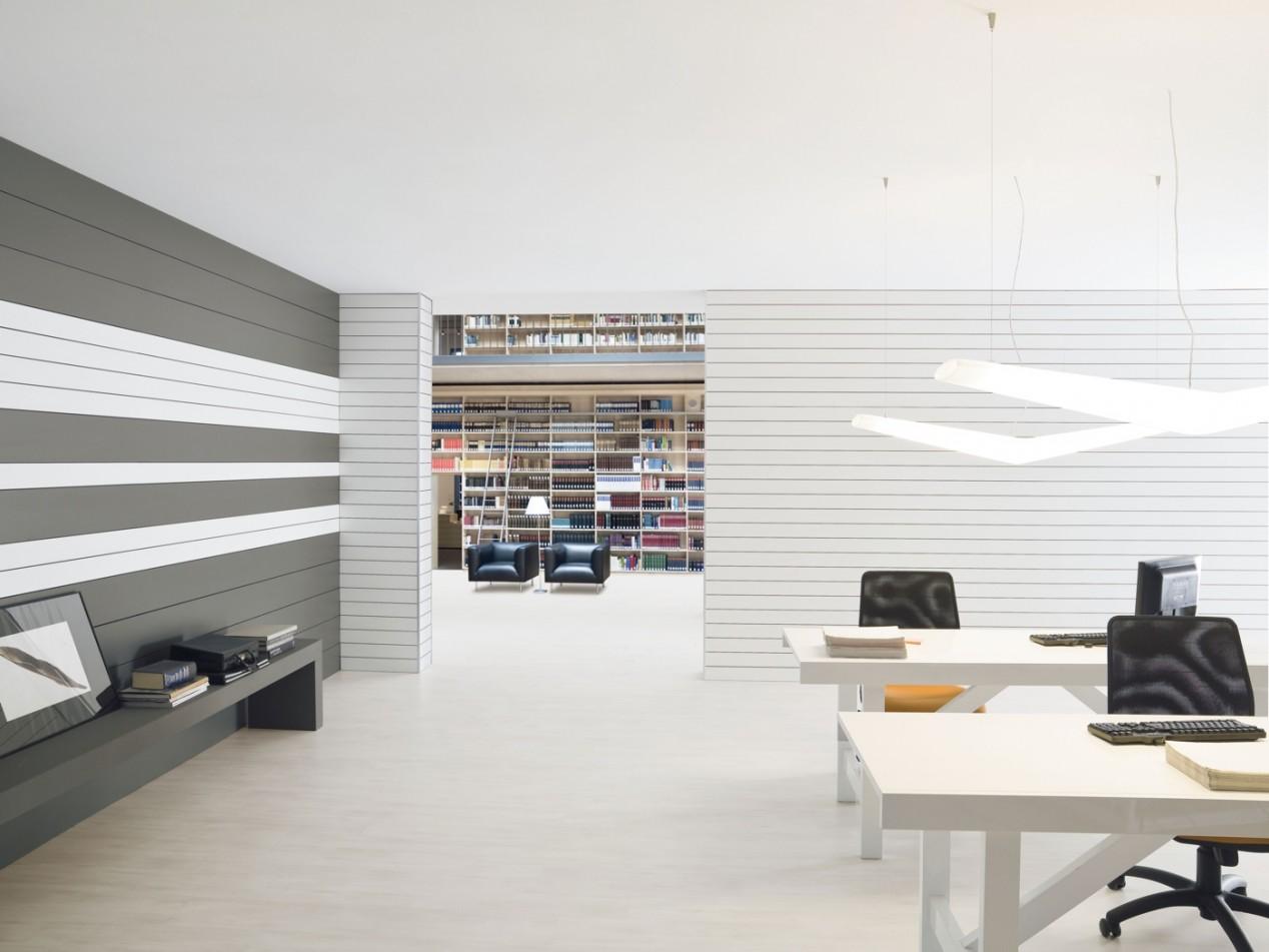 """SKEMA: Bibliothek mit FONICA-Akustikwänden als Designelemente, Boden: Klick-Laminat """"Brio Advanced"""""""