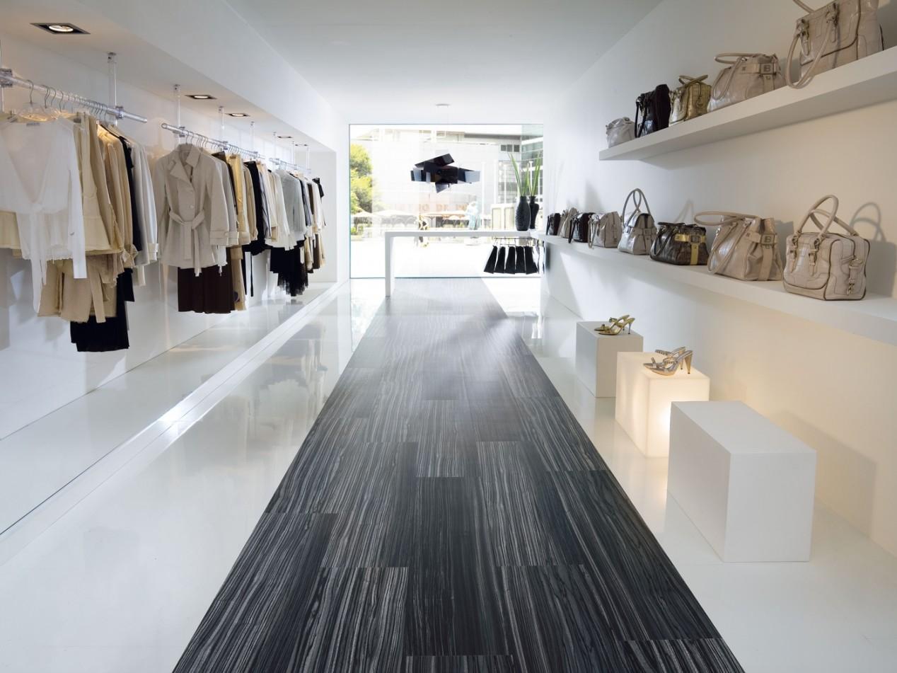 SKEMA: Brio-Boden in Zebrano / weiß-hochglanz für ein Bekleidungsgeschäft