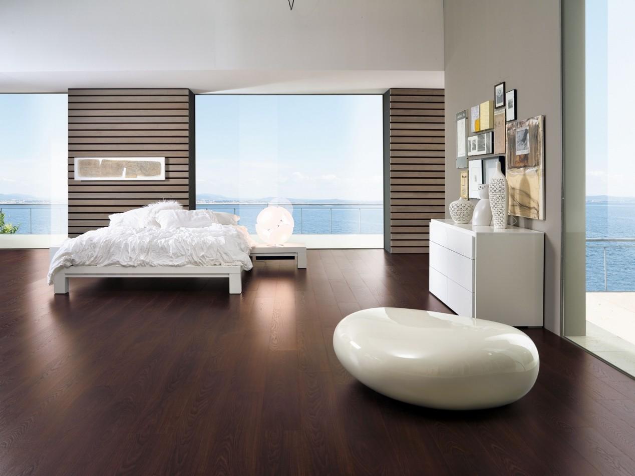 Schlafzimmer mit Klick-Laminat von SKEMA in dunkler Holzoptik