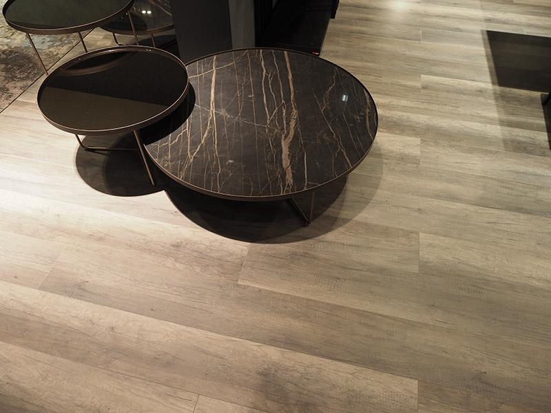 Robuster Fußboden für den Messestand: SKEMA-Laminatboden auf dem Salone del Mobile